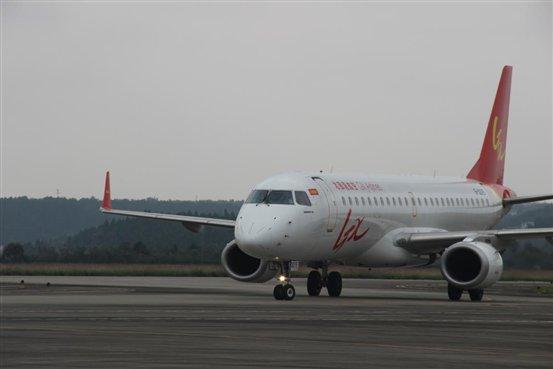 10月25日中午,绵阳机场正式开通乌鲁木齐绵阳海口、海口绵阳银川两条航线。届时,绵阳直飞海口达每周11班,且每周的航班总量超过170班。      10月25日中午,记者来到绵阳市南郊机场。下午14时30分,从海南海口市起飞的航班降落在绵阳南郊机场,这是绵阳市第一次与海口有了直飞航班,这架航班将在绵阳停留短暂时刻,随后前往宁夏银川市。      在随后的采访中记者了解到,乌鲁木齐绵阳海口由乌鲁木齐航空波音737-800执飞,每天1班,航班时刻为10:35分从乌鲁木齐起飞,13:40分到达绵阳