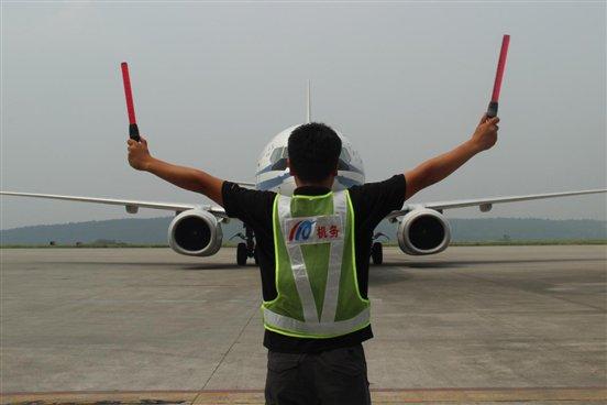 高温下的劳动者(五)——南郊机场机务人员