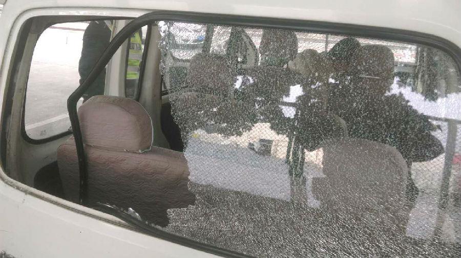 挡风玻璃被砸 停车安全需注意
