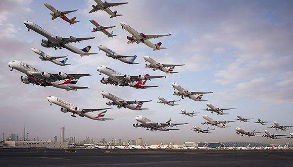 Mike Kelley再次向我们证明了摄影的魅力,他运用独特的创意,花了两年的时间,创作出了影集《Airportraits》,记录下了全球机场魔幻般的日常。 这位来自洛杉矶的摄影师在博客中写道:我在有些机场拍了上千张照片,而我要从其中挑选出我需要的,然后还要矫正色彩,抠图,合成,这绝对是我做过的最有挑战性的一个项目。 #1 洛杉矶国际机场24L号跑道一路向海  这张照片的拍摄地点是洛杉矶的Dockweiler海滩,下午5点至晚上7点起飞的飞机都会经过这里,这时太阳的余晖会照亮飞机的底部。 #2 迪拜