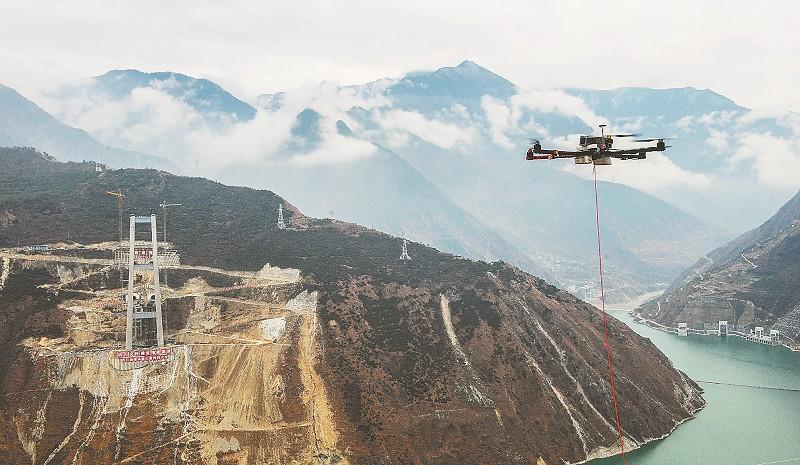 在索塔和塔吊上,记者看到不少风速监测仪