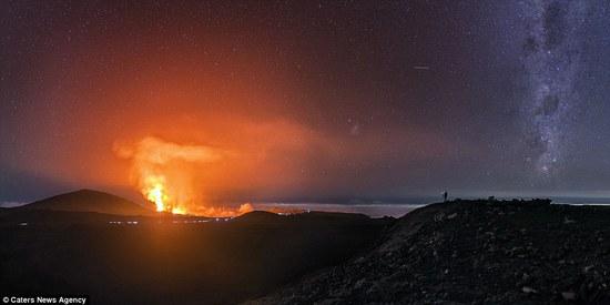富尔奈斯火山是世界上最活跃的火山之一,在2015年,47岁的摄影师卢克o佩罗(Luc Perrot)幸运地拍摄到了4次该火山爆发的场景。照片显示,红色的熔岩带着能融化一切的高温从火山口喷涌而出,刹那间火花四溅,好像漫天的焰火绽放盛开,又好像连接了通往地狱的道路,神秘魔幻,似现实版魔多地区。                                             卢克坦言道:靠近火山,感受高温和脚下土地的涌动是前所未有的兴奋,但同样,危险从未远离身边。处于海拔2500米的高度,夜间温度