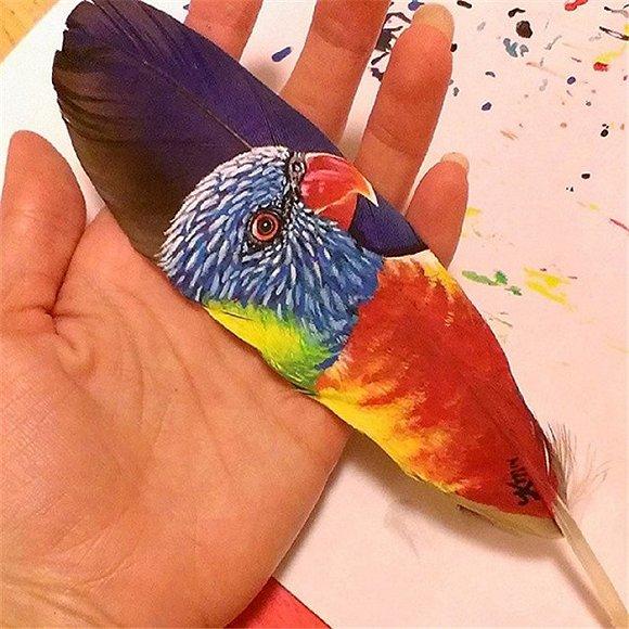 艺术家将动物肖像画在火鸡羽毛上面